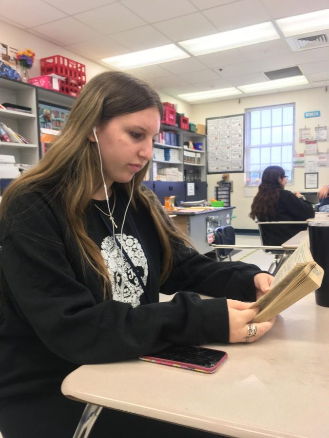 Concentrate the Mind: Sophomore Mandy Sisto listens to the recording to the book